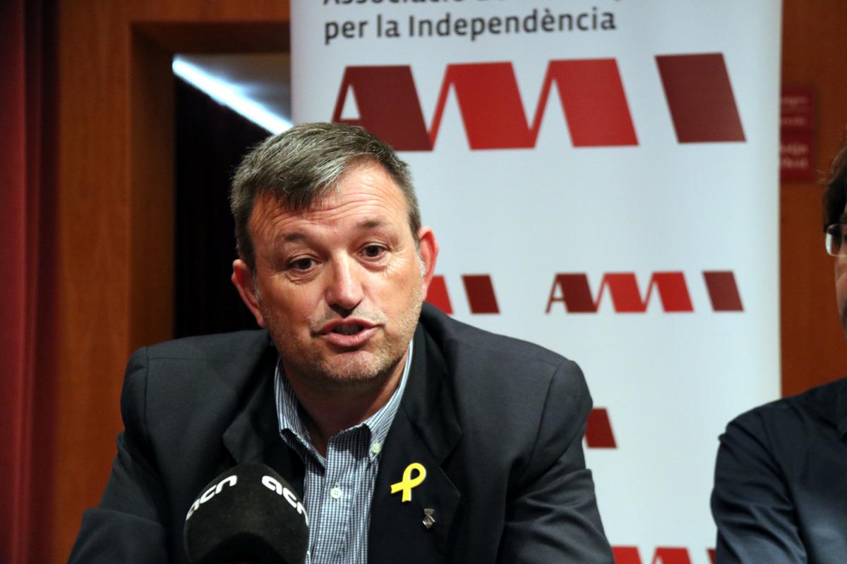 Primer pla del president de l'AMI, Josep Maria Cervera, en roda de premsa després d'una reunió de l'Executiva a Riudoms