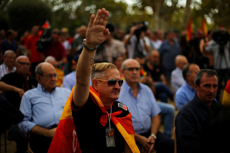 Un manifestant d'ultradreta, a Barcelona, el dia de la Hispanitat