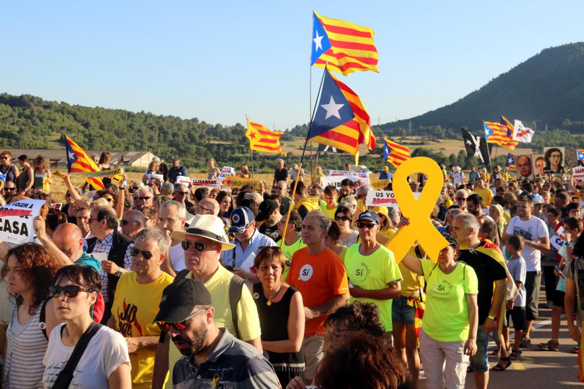 """Centenars de persones a la marxa per demanar la llibertat dels """"presos polítics"""" als entorns de Lledoners / Mar Martí"""