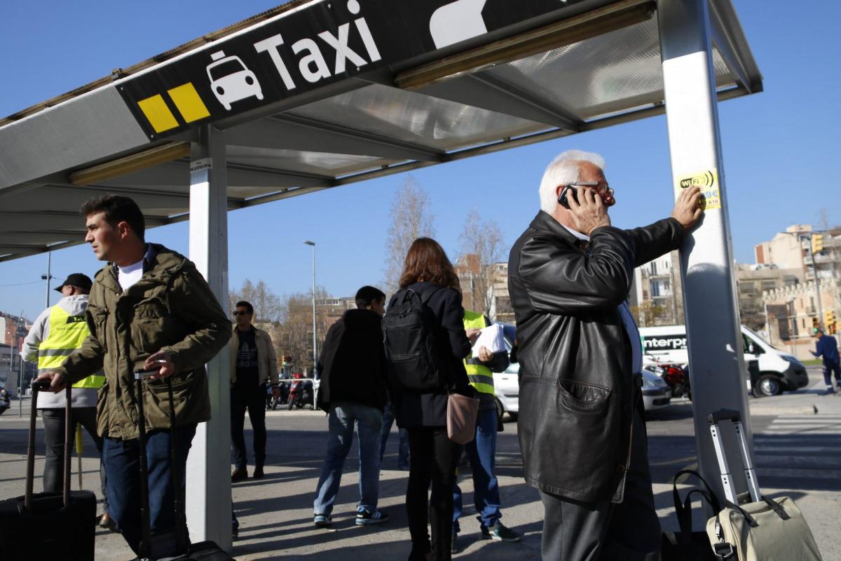 Usuaris busquen alternatives al taxi, després de ser informats de la vaga a l'estació de Sants