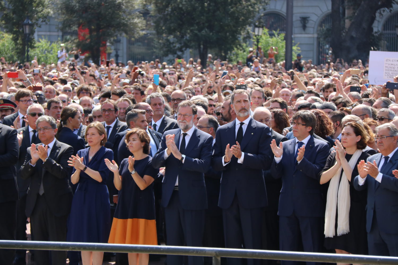 Personalitats aplaudint en el minut de silenci pels atemptats a Barcelona i Cambrils