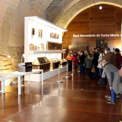 Imatge general del president del govern aragonès, Javier Lambán, amb altres visitants, en la primera visita guiada a l'exposició de les obres del Museu de Lleida al Monestir de Sixena. Imatge del 23 de febrer de 2018 / ACN