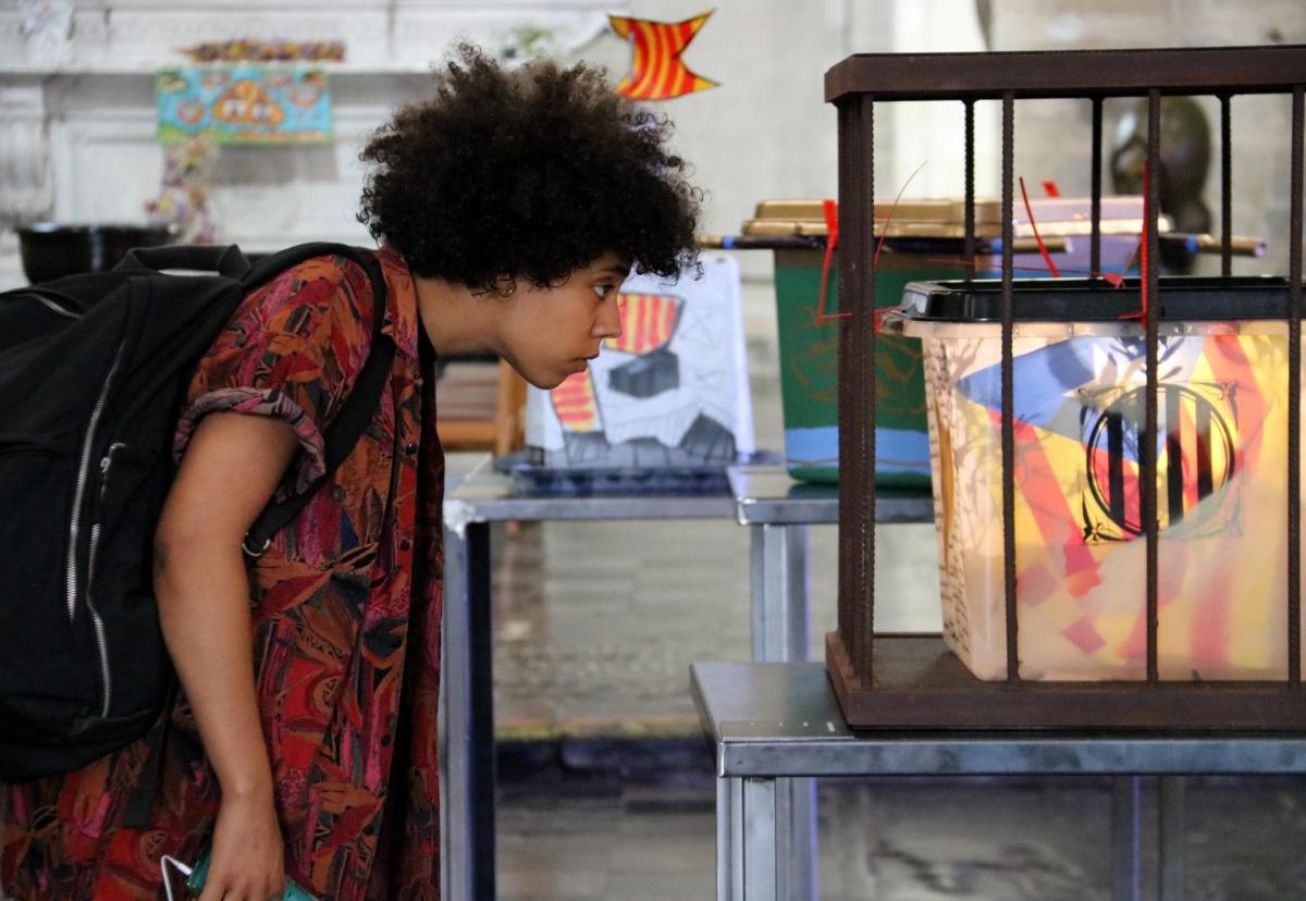 Visitant de l'exposició '55 urnes per la llibertat' a Brussel·les / ACN
