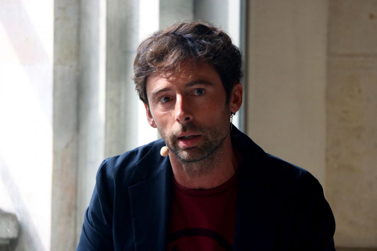 Primer pla de l'intèrpret i ideòleg de la comèdia dramàtica 'Immortal', Bruno Oro, durant la presentació de l'obra / ACN