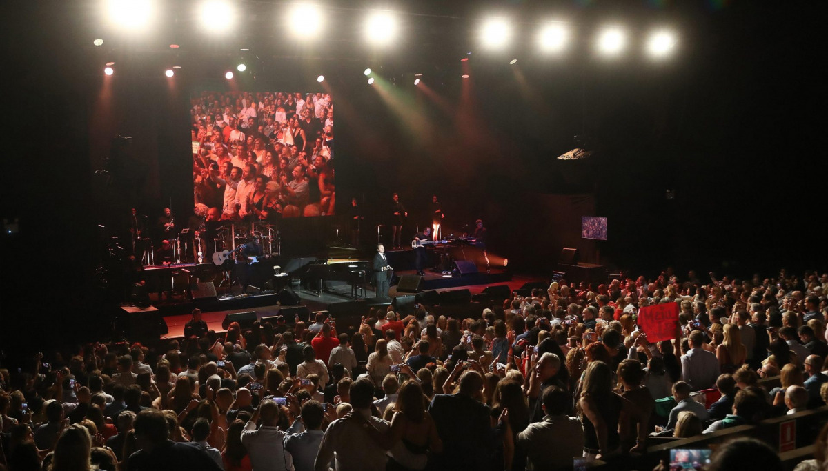 Pla obert del públic de Cap Roig durant l'actuació de Luis Miguel aquest divendres 13 de juliol de 2018. / ACN