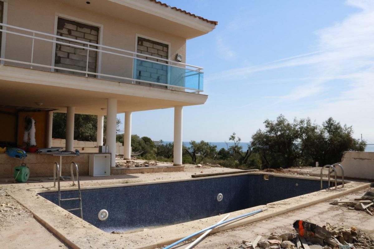Pla obert de la casa del costat del xalet que va patir l'explosió a Alcanar