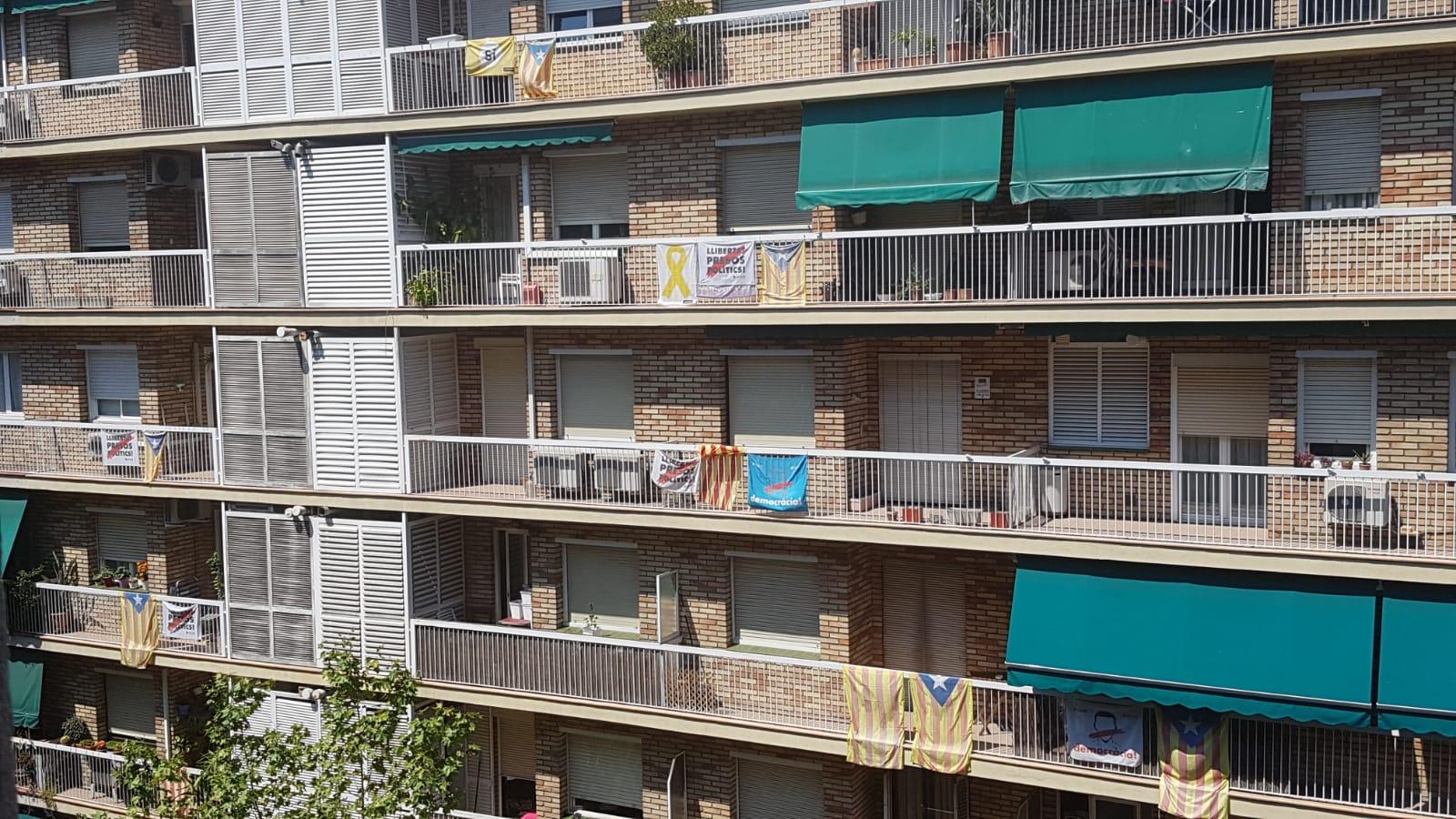Una façana del barri de la Sagrada Família plena d'estelades i domassos | Gerard Sesé