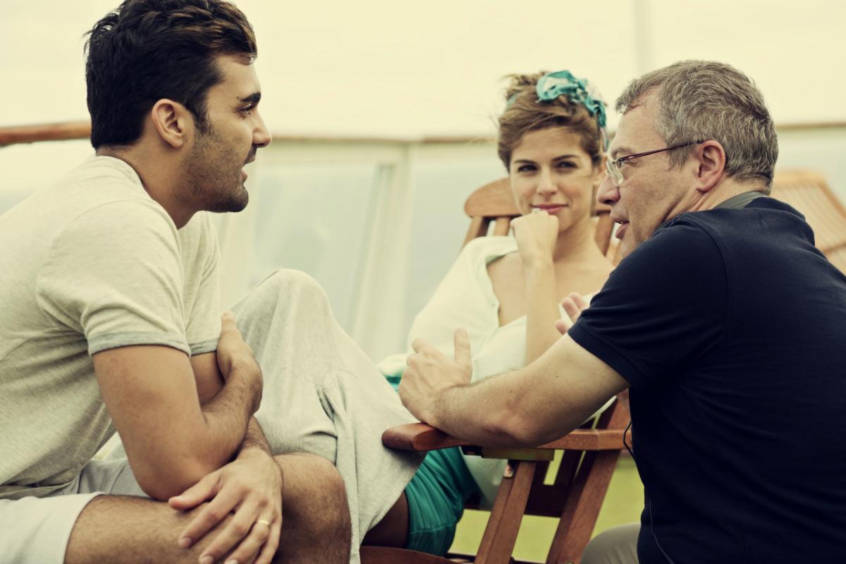 El director de 'Yucatán', Daniel Monzón, durant el rodatge del film amb dos dels actors protagonistes. / ACN