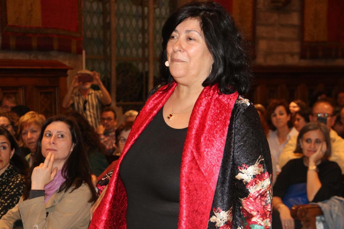 L'escriptora Almudena Grandes entrant al Saló de Cent de l'Ajuntament de Barcelona, el 19 d'abril del 2018 / ACN