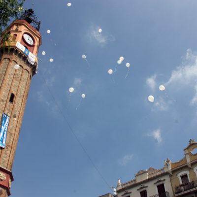 Imatge dels 15 globus de color blanc que s'han llançat en record a les víctimes de l'atemptat terrorista a la plaça de la Vila de Gràcia en l'entrega de premis dels concurs de carrers de la Festa Major de Gràcia 2017