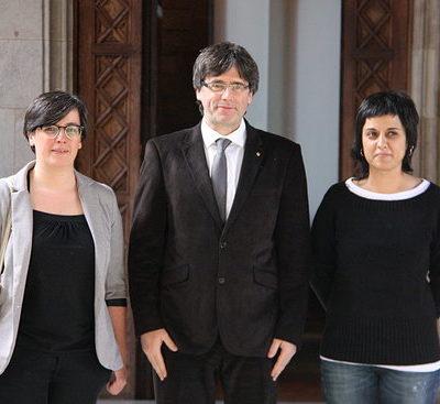 El president de la Generalitat, Carles Puigdemont, amb les diputades de la CUP Mireia Boya i Anna Gabriel el 10 de febrer del 2016