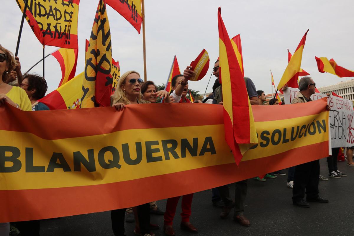 Concentrats a la plaça Cibeles de Madrid amb pancartes de suport als assaltants a la llibreria Blanquerna/ Roger Pi de Cabanyes