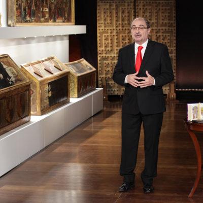 El president d'Aragó, Javier Lambán, durant el discurs de Cap d'Any del 2017 al costat de les obres de Sixena/ Govern d'Aragó