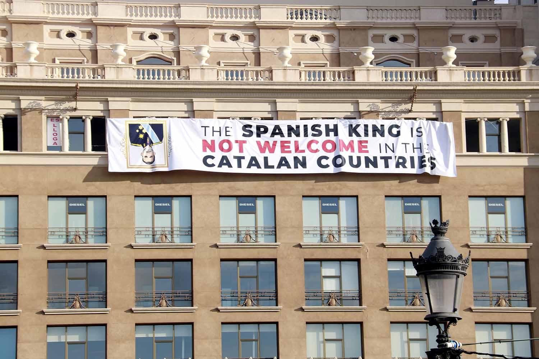 Pancarta contra el Rei penjada a la plaça de Catalunya/ Laura Fíguls