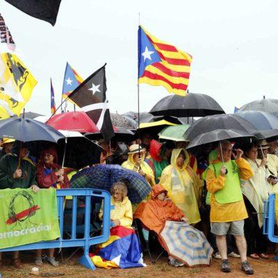 Els concentrats equipats amb paraigües i capalines per la intensa pluja que queia a Lledoners/ Mar Martí