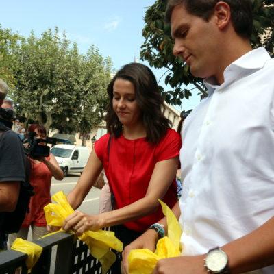Albert Rivera i Inés Arrimadas retirant llaços grocs de la Rambla d'Àngel Guimerà d'Alella