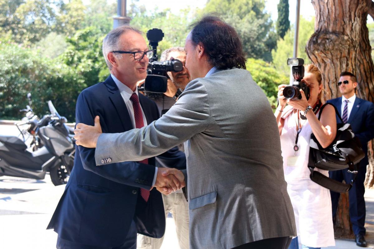 El ministre de Cultura i Esport, José Guirao, arribant al Museu Nacional d'Art de Catalunya i saludant el seu director, Pepe Serra, el 22 d'agost de 2018 / ACN