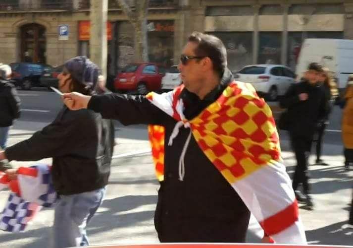 Un unionista espanyol ensenya una navalla amb actitud provocativa