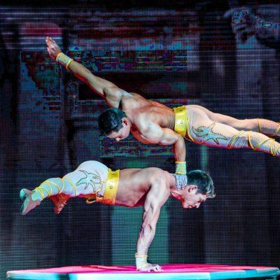 Pla mig de dos artistes durant un espectacle d'equilibris que es podrà veure a la ciutat de Girona al Circ Charlie Rivel. Imatge cedida el 5 de setembre de 2018 / ACN