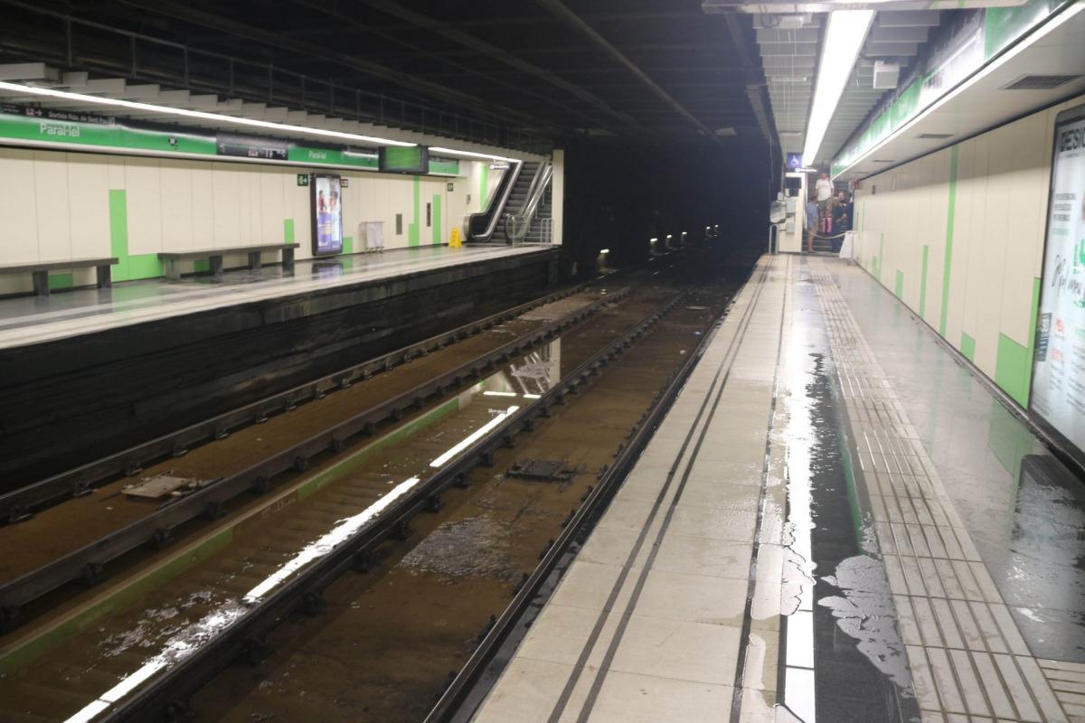 Pla de l'estació de metro de Paral·lel, afectada per l'aiguat que ha caigut aquest dijous a la matinada a Barcelona / ACN