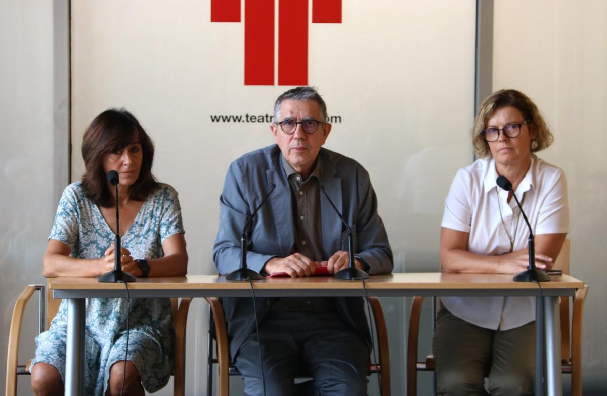 Ramon Gomis, president del patronat del Teatre Lliure, amb Aurora Rosales a l'esquerra, que assumeix la direcció artística, i Clara Rodriguez, que es manté com a sotsdirectora / ACN