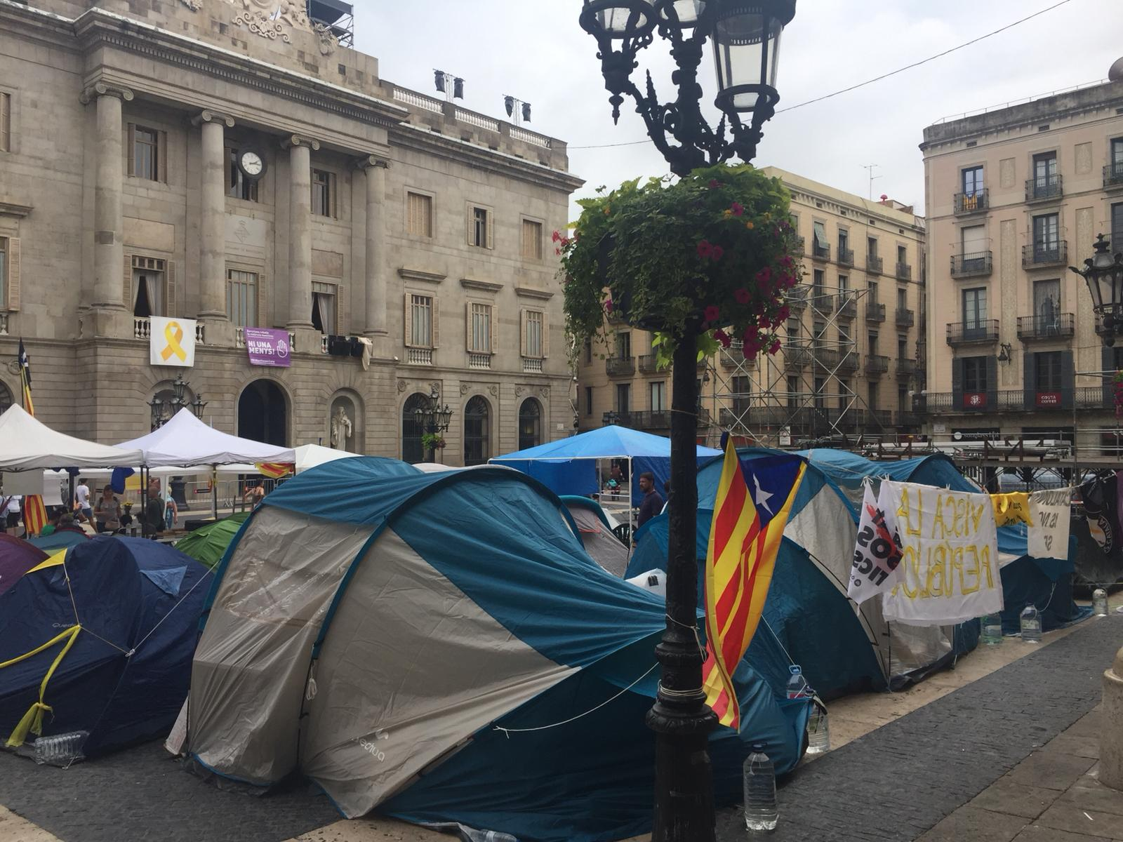 Plaça Sant Jaume plena de tendes de campanya