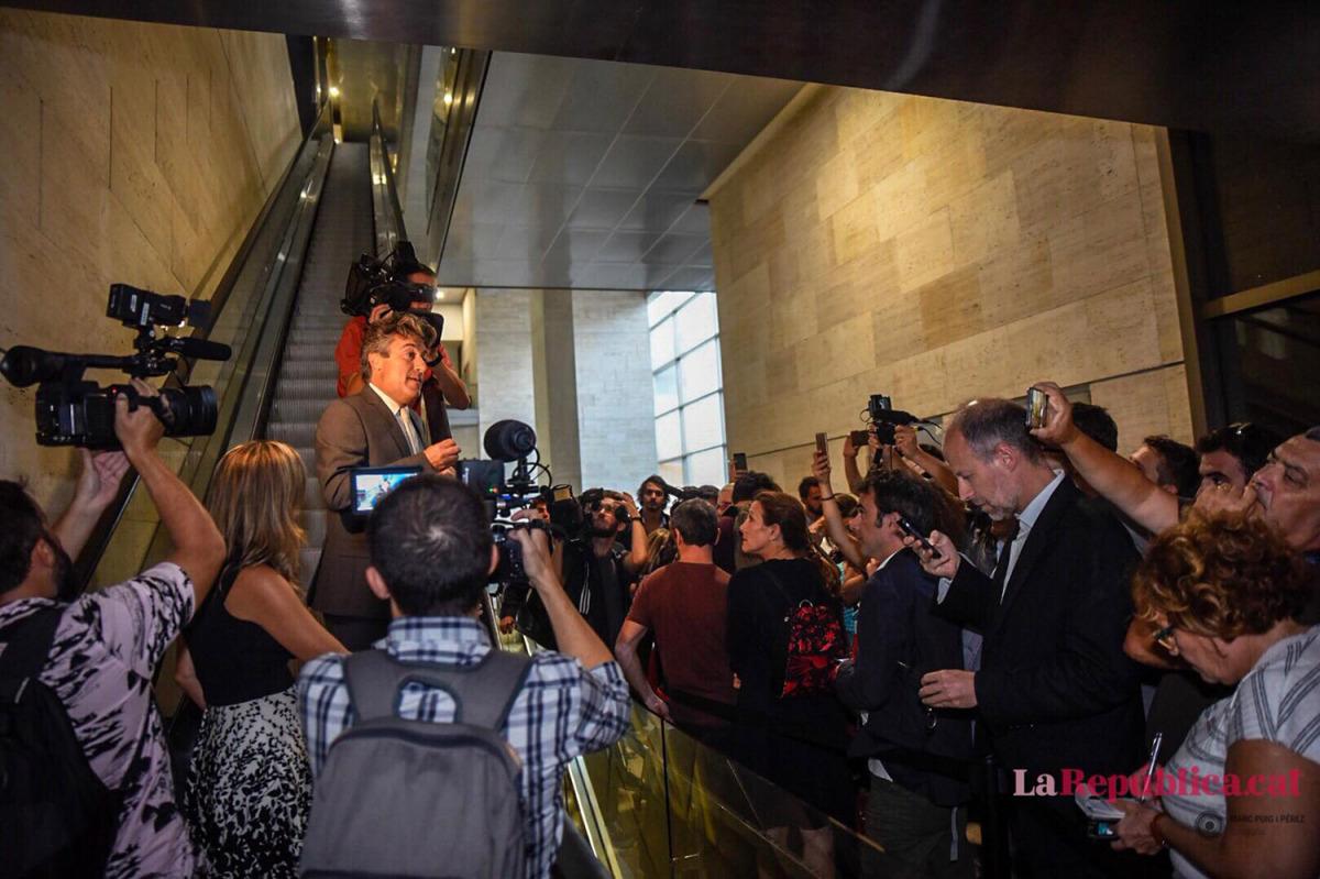 Un membre de l'equip de Valls parla amb els periodistes