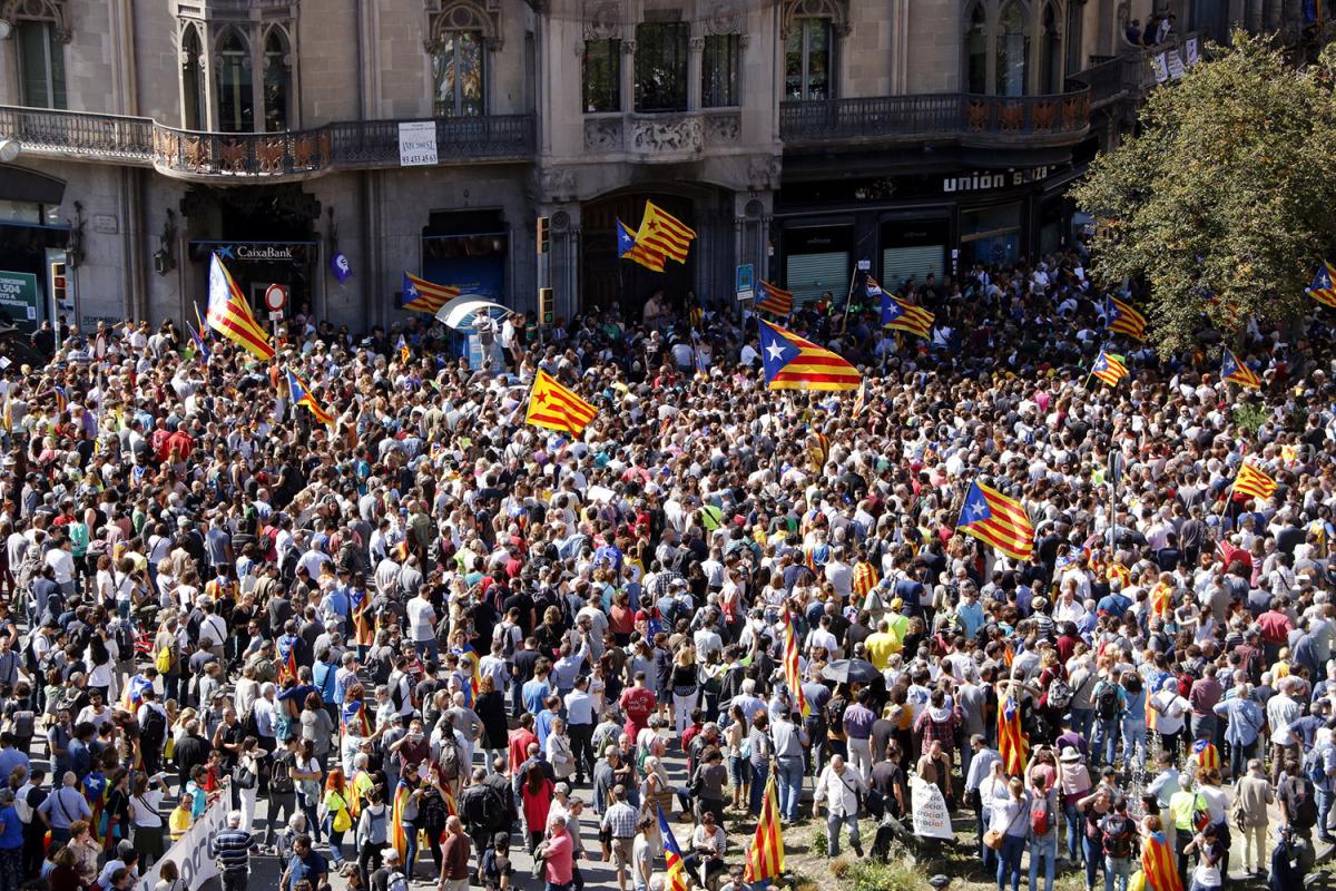 La confluència entre Rambla de Catalunya i Gran Via, amb centenars de persones concentrades davant el Departament d'Economia el 20 de setembre de 2017/ Laura Busquets