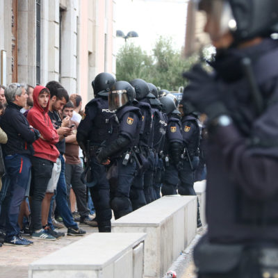 La Policia Nacional al col·legi ubicat al Departament d'Urbanisme de Tarragona, l'1 d'octubre de 2017/ Sílvia Jardí