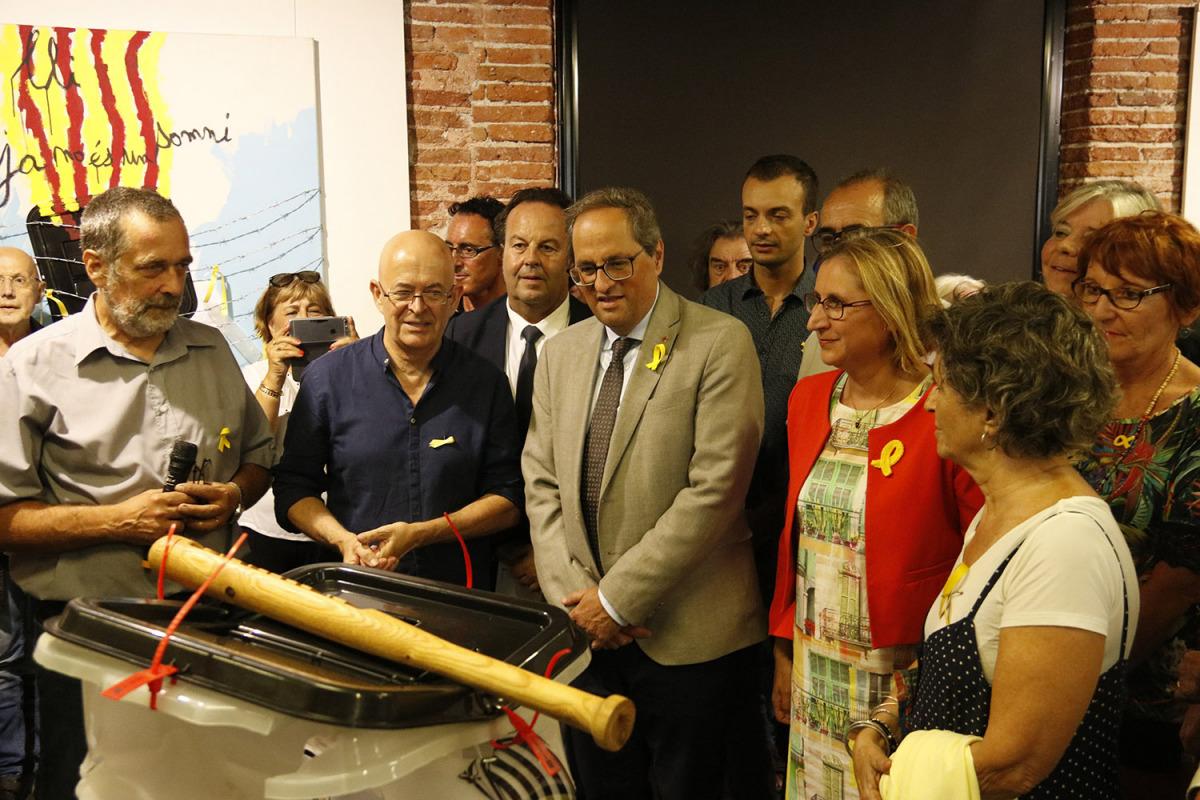 El president de la Generalitat, Quim Torra, durant la visita a l'exposició '55 urnes per la llibertat' a la Casa de la Catalanitat de Perpinyà