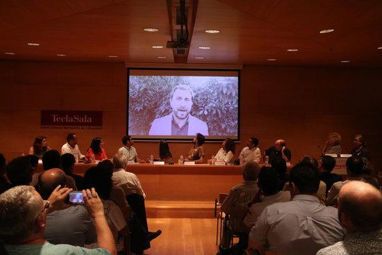 Pla general de Toni Comín intervenint amb un video gravat a l'acte fundacional de Socialistes per la República