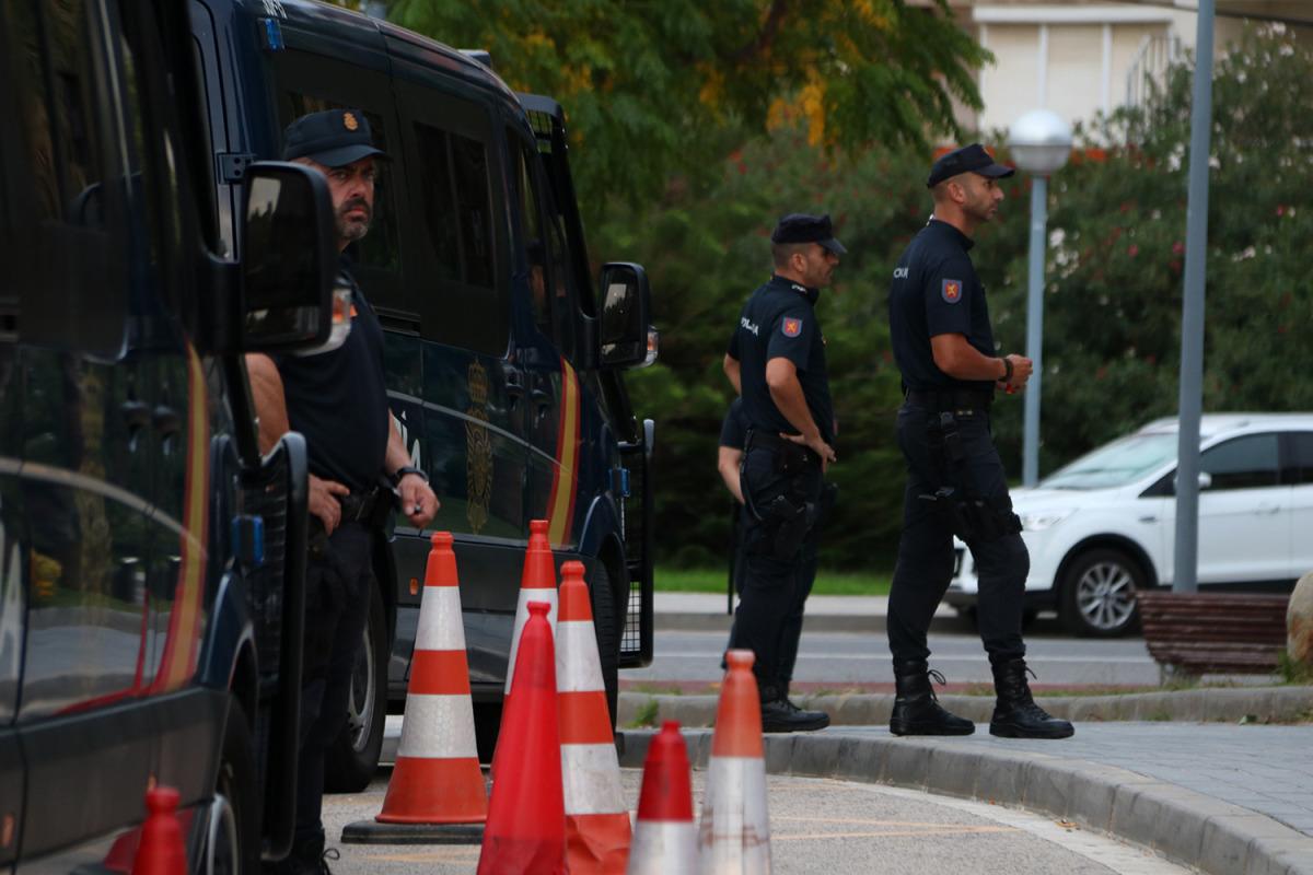 Tres agents de la policia espanyola, en una imatge d'arxiu/ Mar Rovira