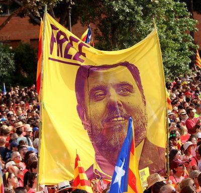 Una pancarta que porta escrit 'Free' amb la cara d'Oriol Junqueras