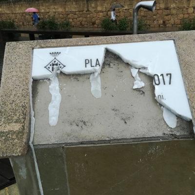La placa trencada de la plaça de l'U d'Octubre de Sant Cugat
