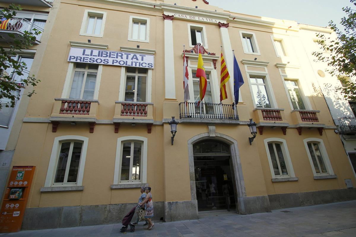 La façana de l'Ajuntament de Blanes amb la pancarta de 'Llibertat presos polítics'/ Ajuntament de Blanes
