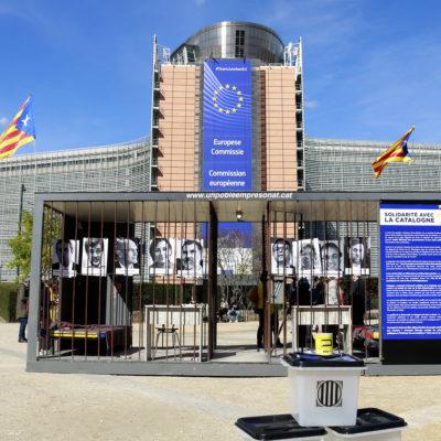 La presó recreada en la campanya 'Un poble empresonat' davant la Comissió Europa/ Laura Fíguls