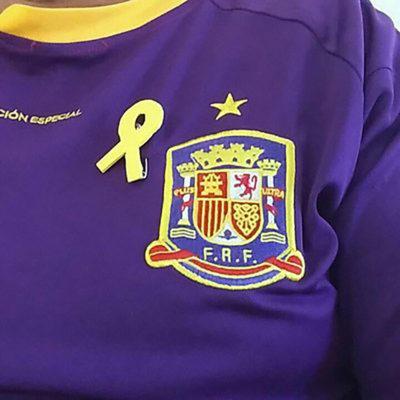 L'Enric Pérez, amb una samarreta de la selecció republicana de futbol i el llaç groc/ Twitter @almugawar67
