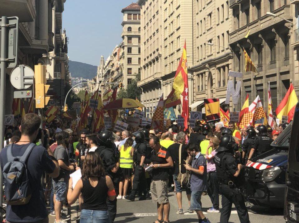 Els Mossos barren el pas als ultres cap a plaça Sant Jaume