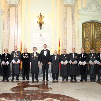 El Rei al costat dels membres de la Sala de govern del TS