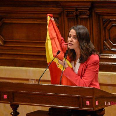 Arrimadas, al Parlament, amb una bandera espanyola
