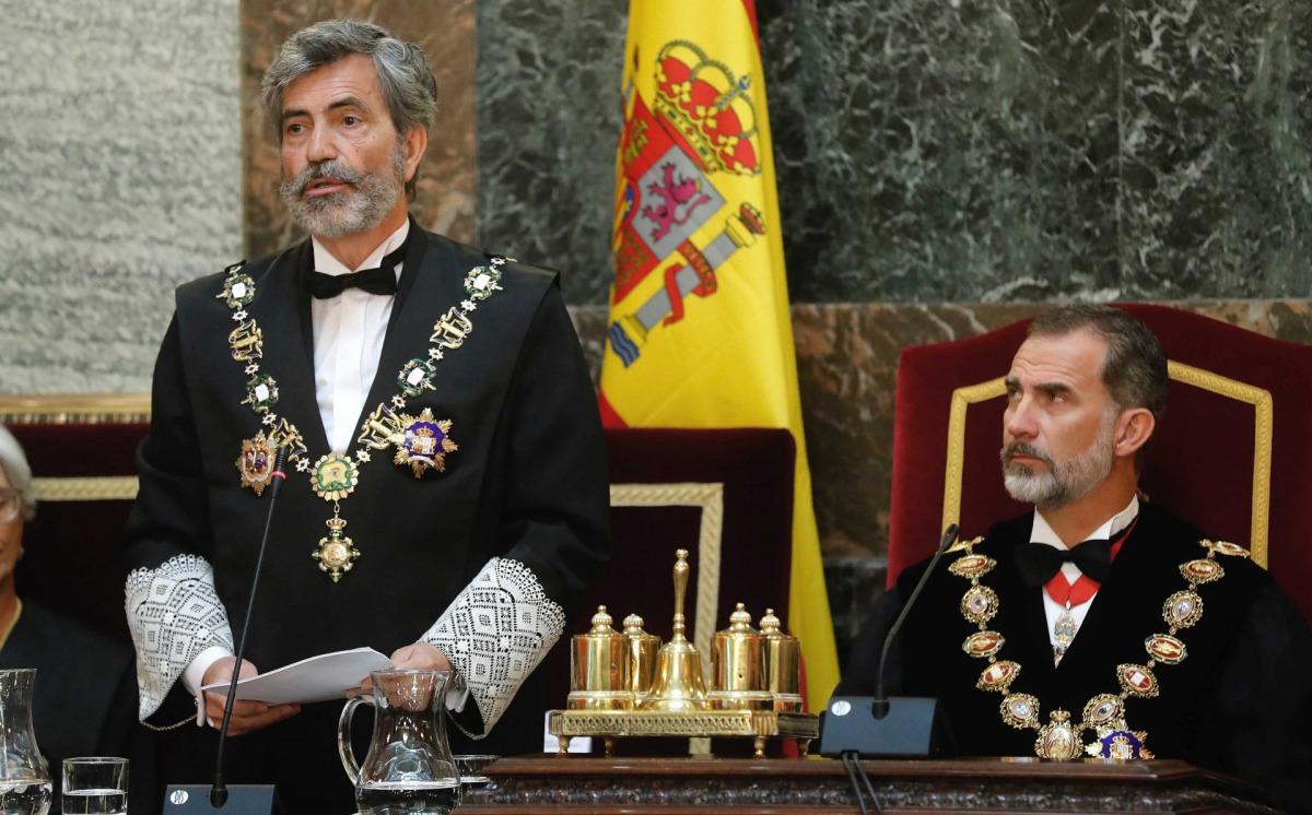 El rei Felipe VI, durant un discurs del president del Tribunal Suprem i del Consell General del Poder Judicial, Carlos Lesmes