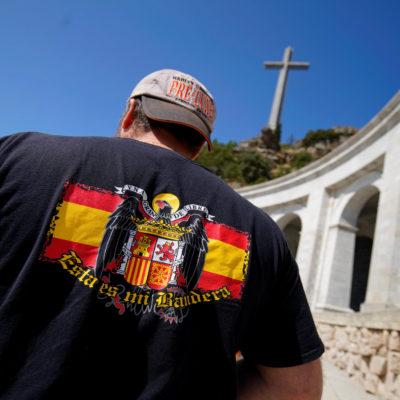 Pla mig d'un home amb una bandera franquista al Valle de los Caídos. Imatge d'arxiu/ ACN