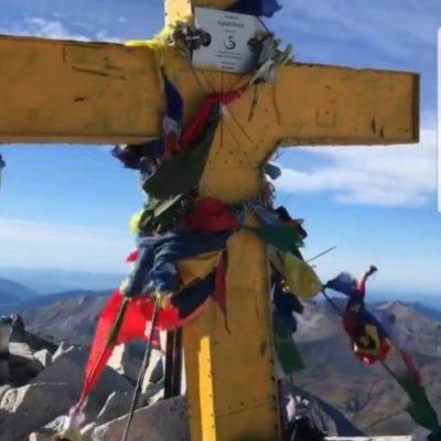 La creu del cim de l'Aneto, groga