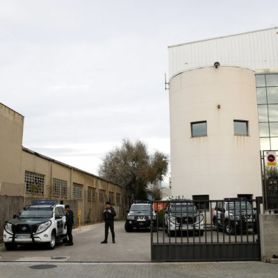 Agents i vehicles de la Guàrdia Civil a la seu d'Unipost, a l'Hospitalet de Llobregat/ Laura Fíguls