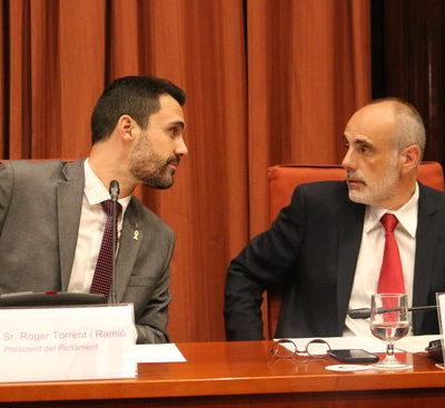 El president del Parlament, Roger Torent, i el lletrat Joan Ridao, en la comissió sobre la suspensió dels diputats