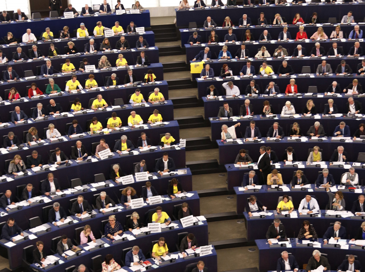 El plenari del Parlament Europeu amb eurodiputats amb samarretes grogues pels presos polítics