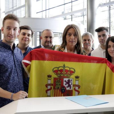Veray amb membres de les noves generacions del PPC entrant la bandera espanyola al registre de la Generalitat/ Marina López