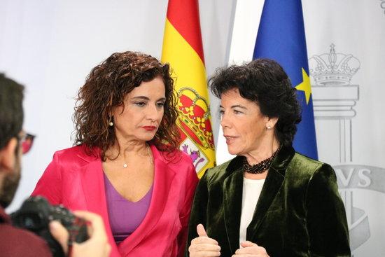 La portaveu del govern espanyol, Isabel Celaá (dreta) i la ministra d'Hisenda, María Jesús Montero (esquerra) / ACN