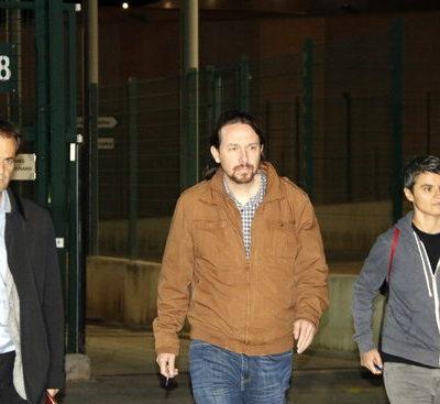 Pablo Iglesias surt de la presó acompanyat de Lucía Martín i Jaume Asens / ACN
