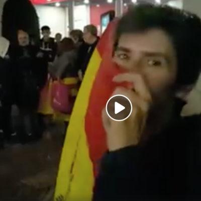 Captura del vídeo on es veu la unionista agredint el periodista de 'Reus Digital'